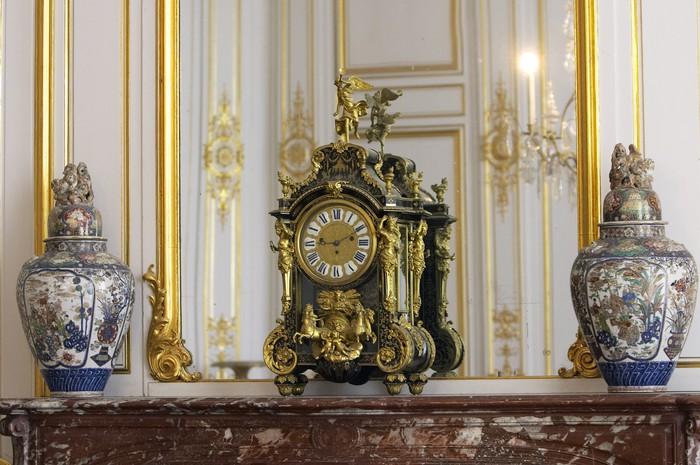 Horloge et vases anciens